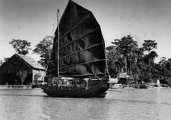 The presence of Chinese junk in northern Borneo on Kinabatangan as been photographed by Martin and Osa Johnson in 1935, both the sultanates of Brunei and Sulu have been traditionally engaging trade with the dynasties of China and the arrival of Chinese junks was continued until the British colonial times.[47][48]