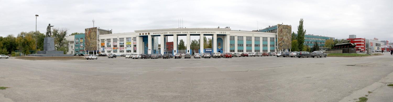 Площадь имени Ф. Э. Дзержинского. Слева направо: Памятник Дзержинскому, проходные тракторного завода, памятник танку Т-34