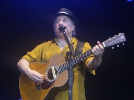 Simon performing live in Mainz, Germany, July 25, 2008