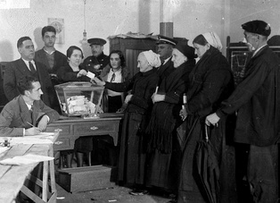 Women exercising the right to vote during the Second Spanish Republic, 5th of November 1933