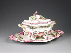 Covered tureen, Niderviller manufactury, exhibited in the Birmingham Museum and Art Gallery. After Custine purchased the business, the factory began producing tableware in the English style.