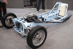 Longitudinal engine in a 3-wheeler chassis