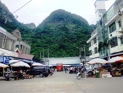 Tân Thanh market is located in Van Lang district, Lang Son province (Vietnam). This is a market in the northern border area, selling all kinds of goods, especially goods originating from China.