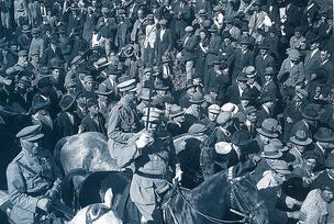 Мануэл ди Оливейра Гомиш да Кошта с войсками проходит победным маршем через Лиссабон 6 июня 1926 года