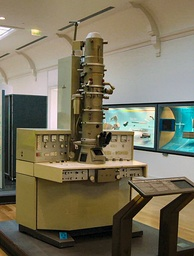 A 1973 Siemens electron microscope on display at the Musée des Arts et Métiers in Paris.