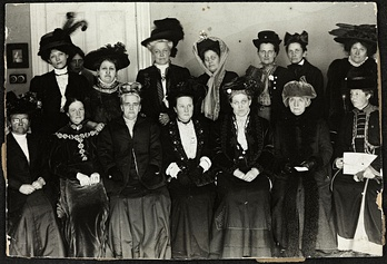 Suffrage Alliance Congress with Fawcett presiding, London 1909. Top row from left: Thora Daugaard (Denmark), Louise Qvam (Norway), Aletta Jacobs (Netherlands), Annie Furuhjelm (Finland), Madame Mirowitch (Russia), Käthe Schirmacher (Germany), Madame Honneger, unidentified. Bottom left: Unidentified, Anna Bugge (Sweden), Anna Howard Shaw (USA), Millicent Fawcett (Presiding, England), Carrie Chapman Catt (USA), F. M. Qvam (Norway), Anita Augspurg (Germany).
