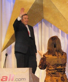 Duncan Hunter greets the delegation at the Texas Republican Straw Poll at the Fort Worth Convention Center September 1, 2007, and is applauded by Texas GOP Chairman Tina Benkiser.