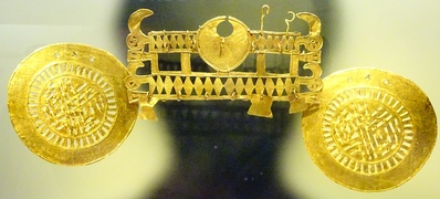 Golden Muisca nariguera (nose piece) displayed in the Museo del Oro