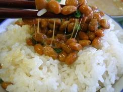 Натто обычно едят с рисом