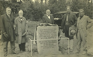 George H. Hines (secretary of the Oregon Historical Society), Gen. Hazard Stevens, W.T. Bonney (secretary of the Washington Historical Society), rancher Lucullus McWhorter, and Klickitat tribesman William Charley unveil a monument to Andrew Bolon in 1918.