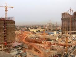 В последние годы экономика Анголы бурно развивается. На фото— строительство новых домов в Луанде
