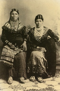 Jennie Bobb and her daughter, Nellie Longhat (both Delaware), Oklahoma, 1915[6]