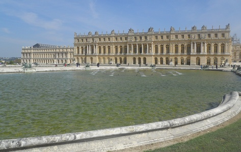 The facade facing the garden, with the royal apartments and the Gallery of Mirrors between them[citation needed]