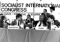 Willy Brandt with outgoing secretary general Bernt Carlsson (left) and new secretary general Pentti Väänänen (right) at the Socialist International Congress in 1983