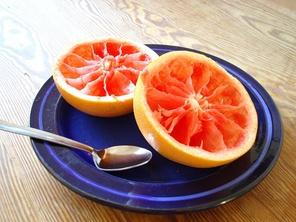 Съеденные с помощью ложки половинки грейпфрута