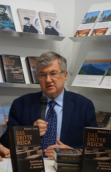 Evans at the Frankfurt Book Fair presenting his book about the Third Reich in 2016