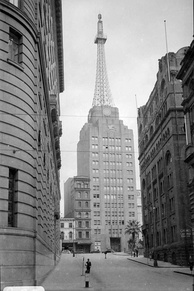 The art-deco AWA Tower in 1939. The ornate buildings in the foreground were demolished during the contemporary boom of the 1960s–70s.