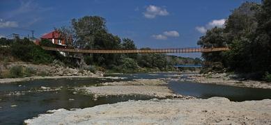 Старый висячий мост через реку Псекупс в Горячем Ключе, около мебельной фабрики