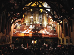 The largest surviving Hutchings-Votey organ in the world is in Sayles Hall.[113] It has 3,355 pipes and weighs 25 tons. It is pictured here for Brown's traditional Halloween midnight concert.