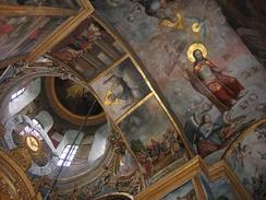 Купол и своды надвратной церкви с росписью XVIII века.