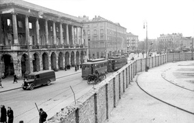 Wall of the Warsaw ghetto dividing Iron-Gate Square, 24 May 1941; Lubomirski Palace (left) is outside the ghetto.