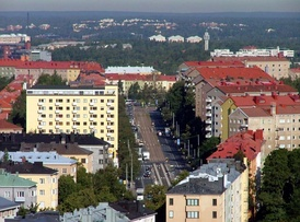 View along Mannerheimintie with apartment buildings of Meilahti to the left, and those of Laakso to the right