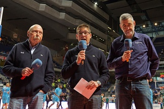 Main commentator Arsenio Cañada (middle) introduces the basketball game between CB Estudiantes and CB Málaga assisted by two color analysts: Manel Comas (left), former coach, and Juanma Iturriaga (right), former player.