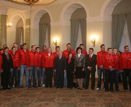 Former President of Poland, Lech Kaczyński, with the national team in the Presidential Palace in 2007