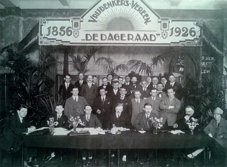 Group portrait at the 70th anniversary of De Dageraad in 1926.