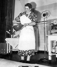 Doña Petrona giving a cooking class in Buenos Aires, 1938