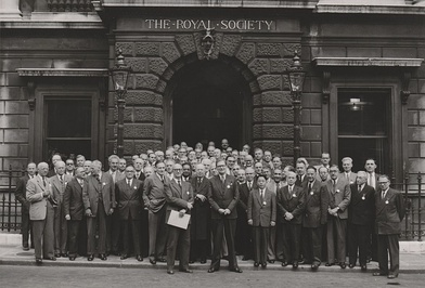 Physicists in front of the Royal Society building in London (1952).