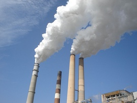 Power plant releasing smoke that contains greenhouse gas