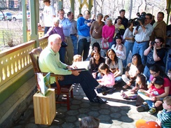 Lithgow reading a book to children in 2007