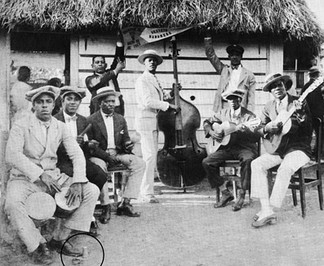 Sexteto Habanero in 1925. First from the left is Agustín Gutiérrez, the bongosero. His tuning lamp is on the floor (circled).