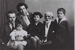 From left: David Ben-Gurion and Paula with youngest daughter Renana on BG's lap, daughter Geula, father Avigdor Grün and son Amos, 1929