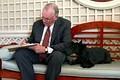 Нил Армстронг со скотчтерьером Дж. Буша-младшего
