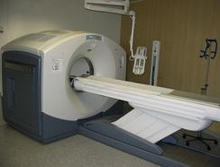 ПЭТ/КТ-система с 16-срезным КТ; потолочное устройство представляет собой инъекционный насос для контрастного вещества КТ