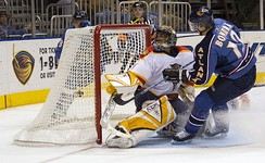 Peter Bondra of the Atlanta Thrashers shoots the puck and scores against Roberto Luongo of the Florida Panthers during the 2005–06 NHL season