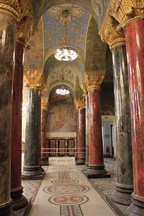 Внутреннее убранство собора призвано напоминать храмы Византии.