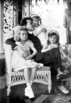 Richard Bennett with his three daughters (from left), Constance, Joan and Barbara (1918)