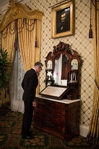 Day-Lewis viewing the Gettysburg Address in the Lincoln Bedroom in the White House, November 2012