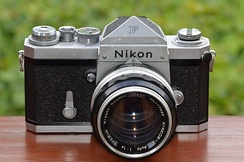Nikon F professional SLR camera with eyelevel prism and early NIKKOR-S Auto 1:1,4 f=5,8cm (1959)