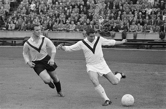 Helmut Rahn (right) in duel with Ockhuisen (1960)