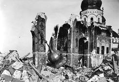 Руины Успенского собора Киево-Печерской Лавры. 1942 год. Сохранились подкупольные столбы с основанием арок, часть свода боковой ветви креста и арка, переброшенная через боковой неф. Справа— поздняя пристройка.