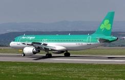 Самолет ирландской авиакомпании Aer Lingus с символом трилистника на хвосте.