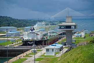 Neopanamax ship passing through the Agua Clara locks.
