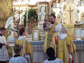 At a Solemn Tridentine Mass, the host is displayed to the people before communion.