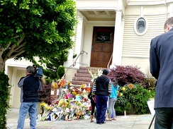 Williams' fan-made tribute at the San Francisco Pacific Heights home used for Mrs. Doubtfire.