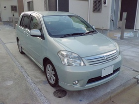 Toyota Raum UA-NCZ20-AHPXK(S), front perspective view rev1.JPG