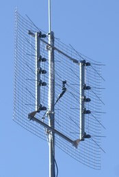 Reflective array UHF TV antenna, with 8 bowtie dipoles to cover the UHF 470-890 MHz band
